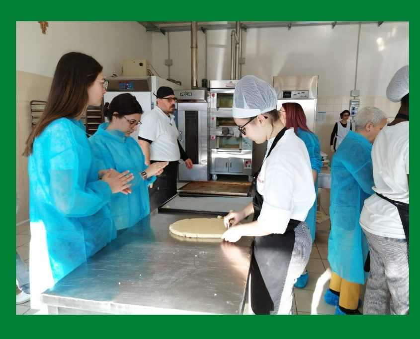 Alumnado ciclo Panaderia Pasteleria Pineiral practicando e Italia